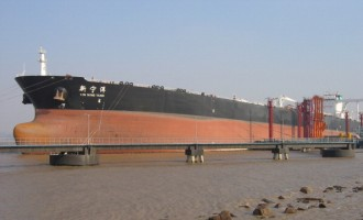 A Chinese supertanker arriving from Saudi Arabia discharges